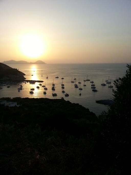 Dal cortile, si ammira una bellissima vista di Palmarola