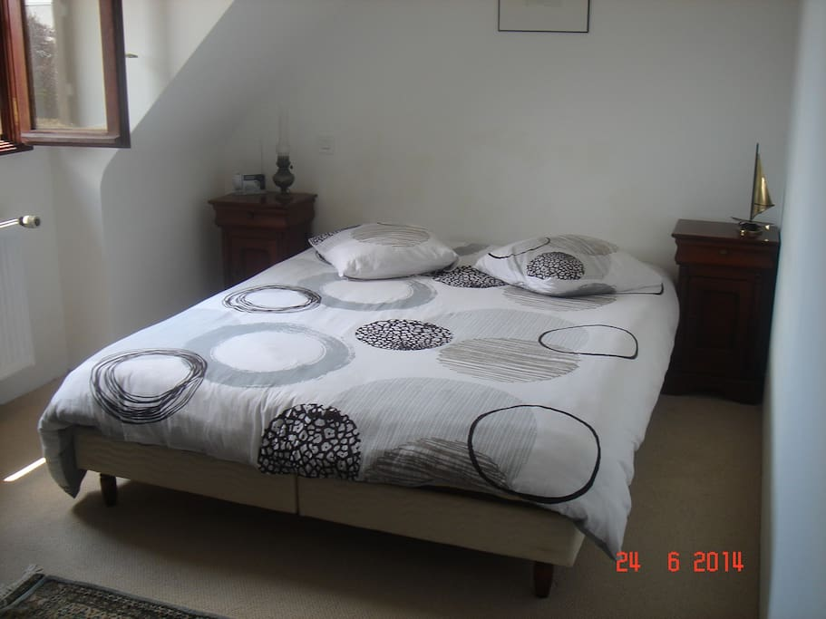 chambre avec un lit double houses for rent in ambon. Black Bedroom Furniture Sets. Home Design Ideas