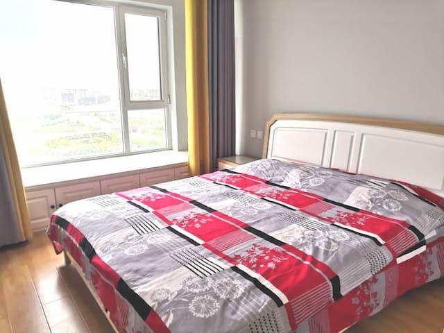 主卧:观景大飘窗,1.8米宽双人床