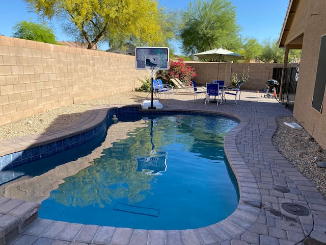Entire house-4 BR-Heated Pool-Next to Mall-Brkfst