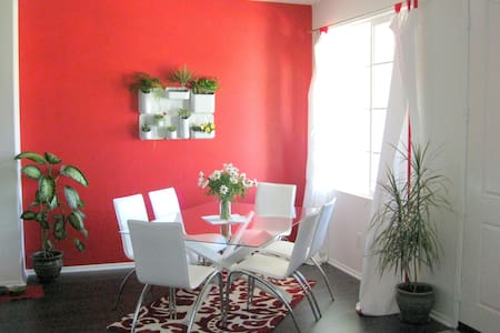 Modern, cheery, private bedroom w/ queen bed, private bath & use of kitchen/dining. One block: bus stop, shops, boutiques, restaurants, Target & Whole Foods!  1 minute to 101 fwy.  Short drive to many beaches! 40 min Santa Barbara. 1 hr Hollywood.