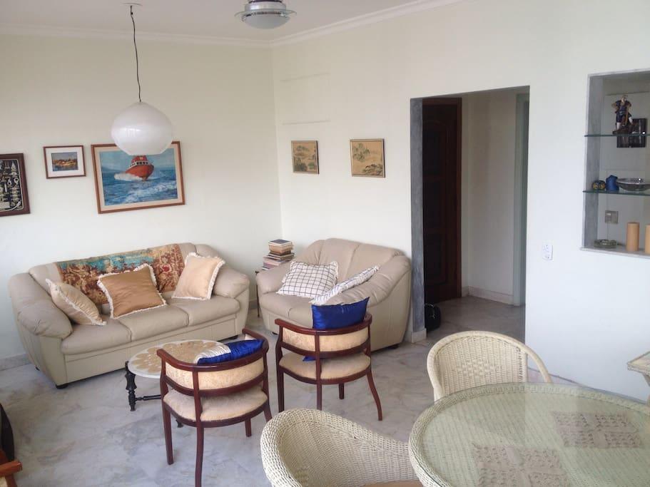 Sala de estar integrada à sala de jantar