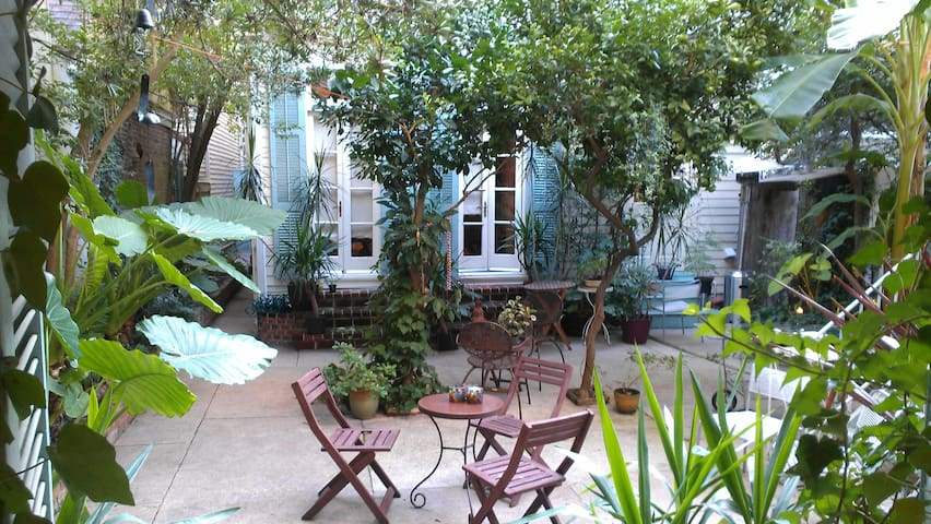Guesthouse W/ Beautiful Courtyard!