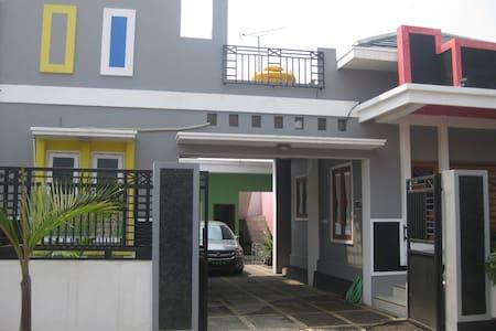 Pelangi Guest House - Probolinggo - Hus