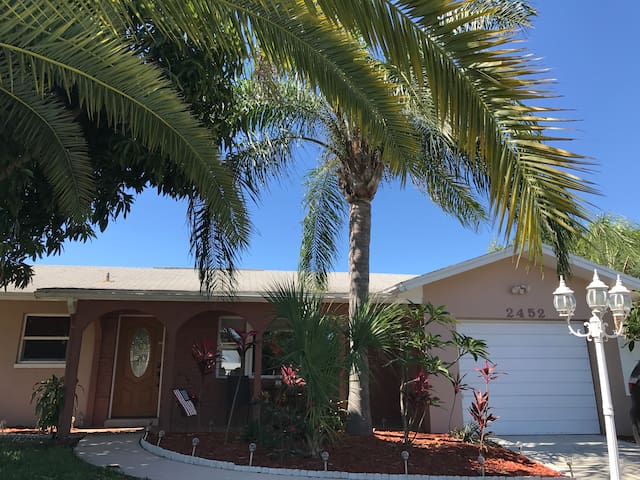 Beautiful pool home 6 miles from Clearwater Beach!