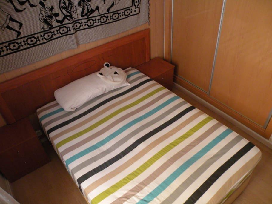 La habitación con un armario empotrado amplio para guardar tus cosas.