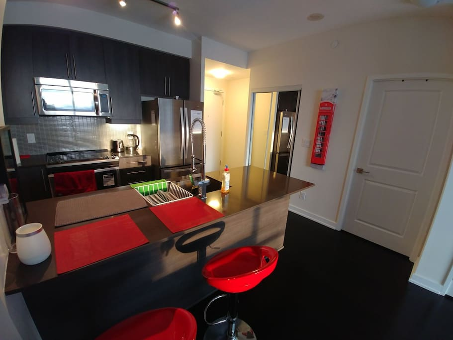 Modern 1br condo heart of mississauga square one for Pool show mississauga