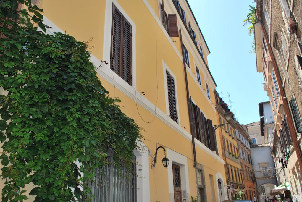 The yellow palace of the 1600s where is situated the apartment Aida Rhome Trastevere.