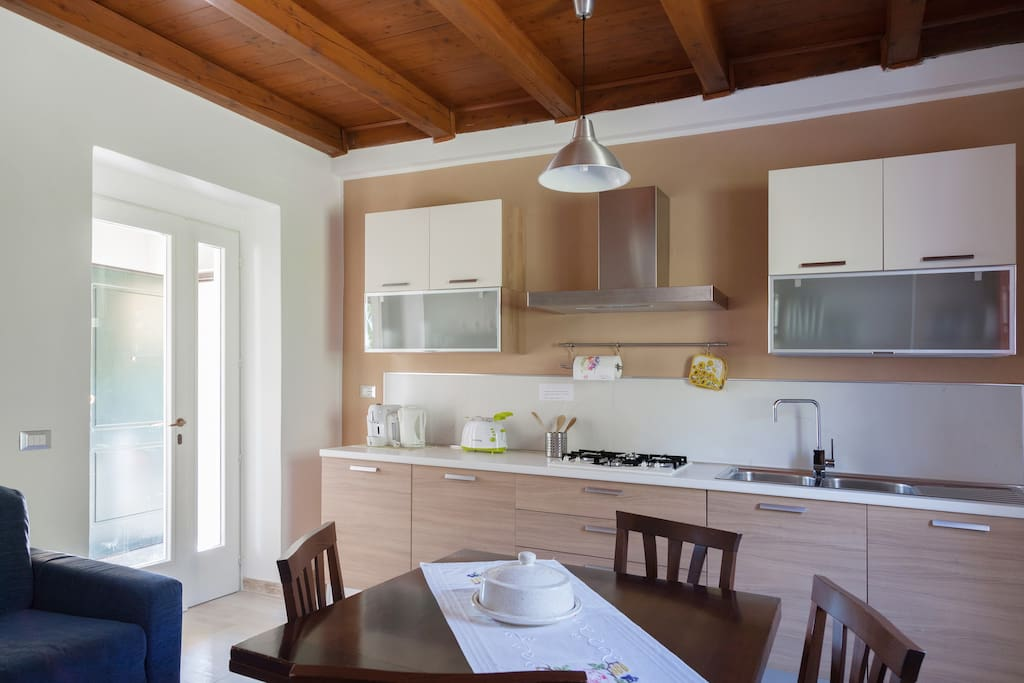 Zona cucina con forno e lavastoviglie e tutto il necessario per la colazione del mattino