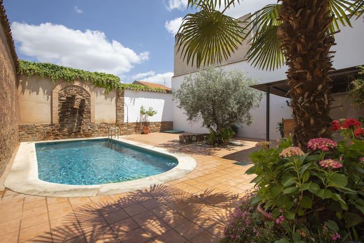 Maison rurale avec terrasse, barbecue et piscine privée
