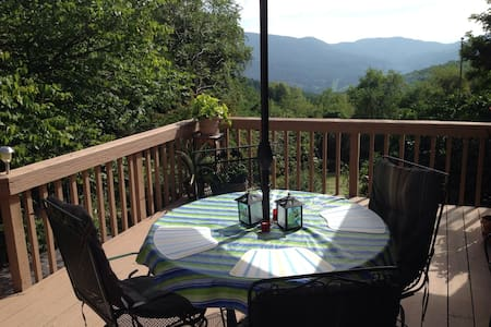 Amazing view 2 bdrm-2 miles from VT - Rumah