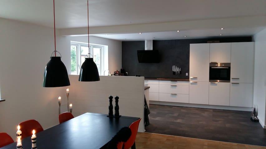 Dejligt værelse med god placering - Køge - Hus