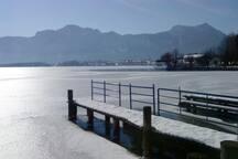 Seelandschaft im Winter mit Blick auf die Drachenwand