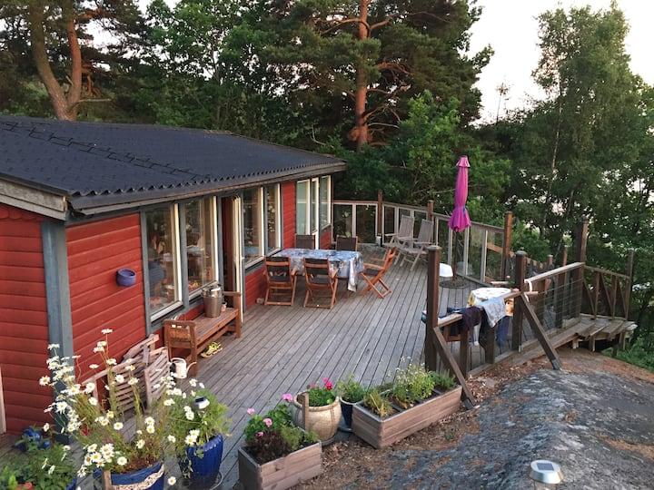 Hus med privat strand, roddbåt,badflotte och bastu