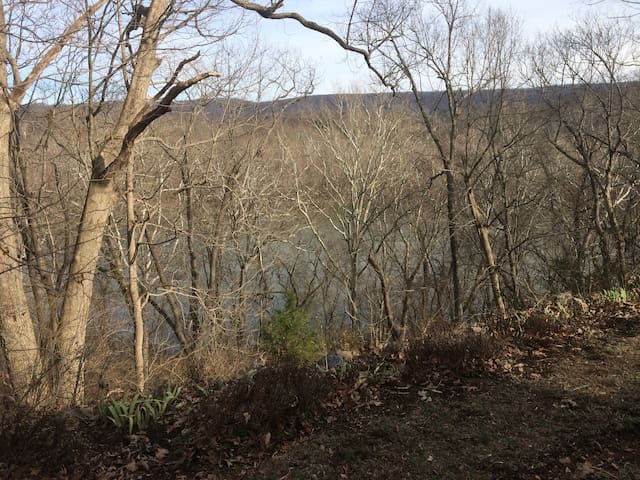 Overlooks the Potomac River