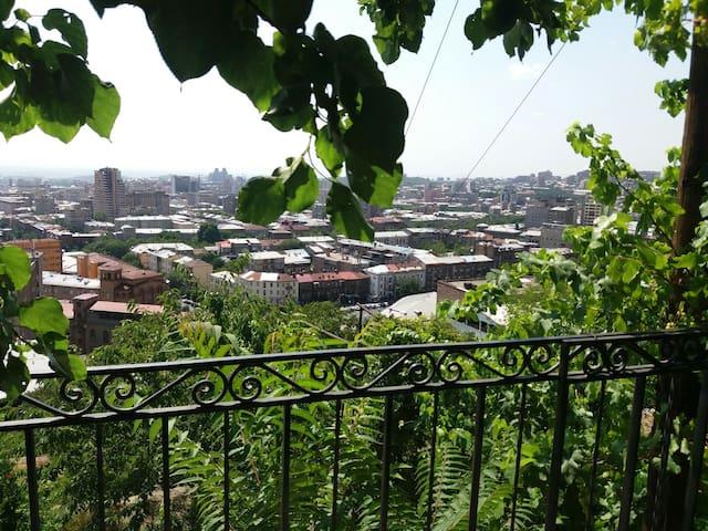 Big house, great views, 10mins to republic sq