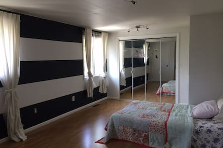 Spacious room near Yale/UNH/NYC - West Haven - Dům
