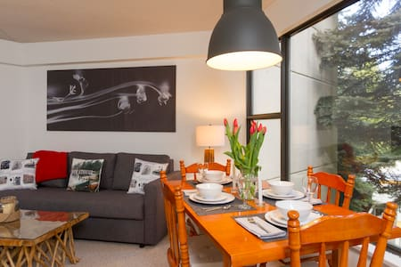 Townhouse tucked away in a quiet wooded setting - Whistler - Stadswoning