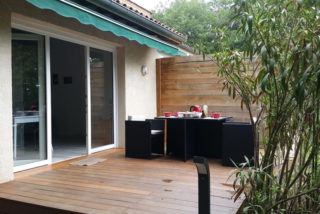 La terrasse en bois.