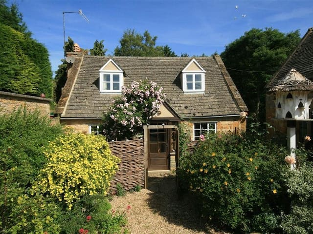 HADCROFT COTTAGE, pet friendly in Chipping Campden, Ref 988851