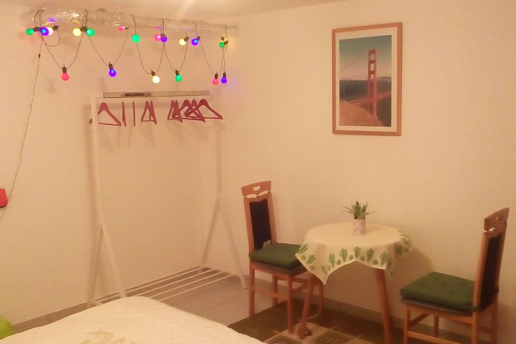 """Gästezimmer 1: """"San Fran"""" Garderobe und Sitzmöglichkeit"""