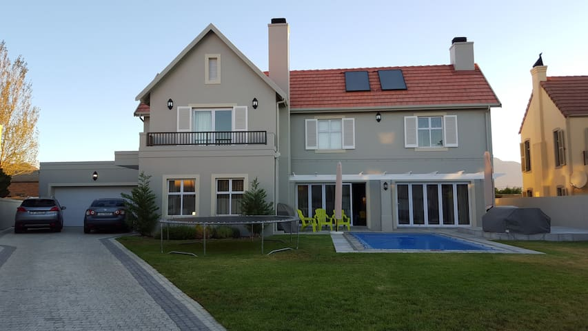 Spacious family home in Golf Estate - Paarl - Dom