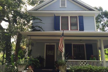 Magnolia Oasis,  Historic Beauty w/beautiful porch - 단독주택