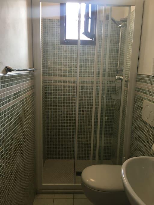 Bagno con doccia e doccino in sostituzione del bidet