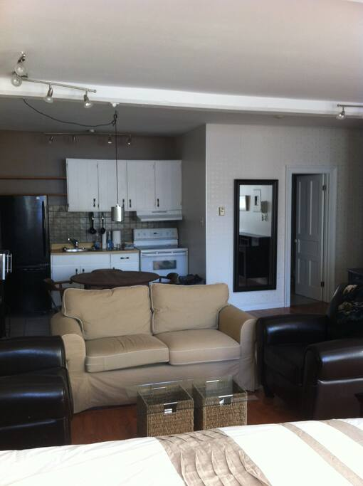 Grand studio meubl vieux quebec flats for rent in for Meuble ashley quebec