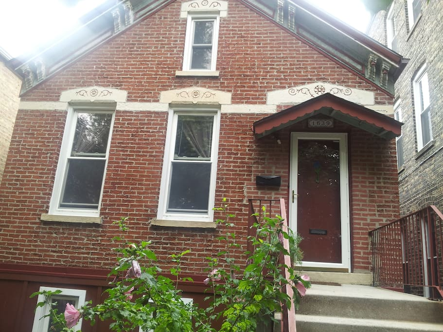 Charming 2 flat in family neighborhood, 3 blocks from California pink train station