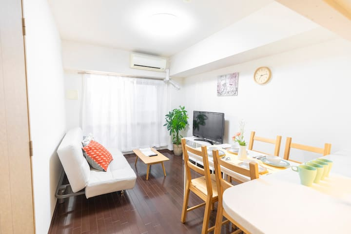 Big livingroom  with 1 double sofabed  TV Kitchen can cooking Full set of furniture, household appliances, tableware Dining table 大客厅 有一张双人沙发床 电视 厨房 全套家具家电 餐具 可以煮食 大餐桌
