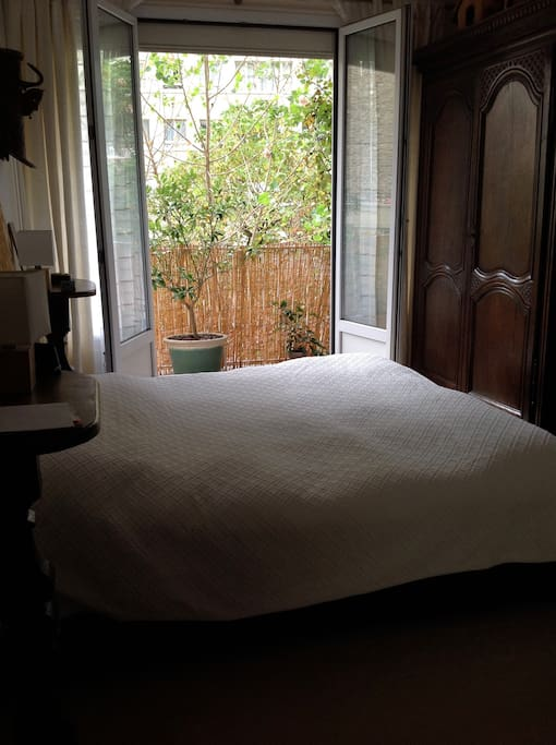 Chambre lit double  et accès balcon