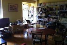 Vista parcial del salón, mesa de comedor, mesa de trabajo, wifi