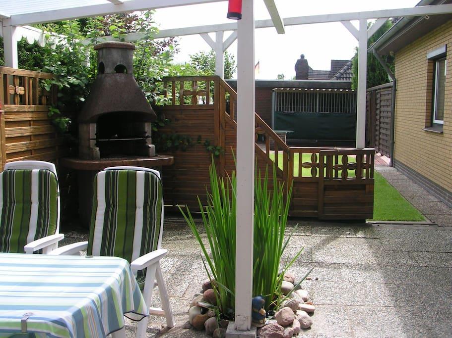 Terrasse, Grill-Blick in den Garten