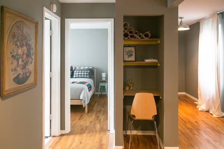 Cute & Cozy Wicker Park Coach House apartment!!☕