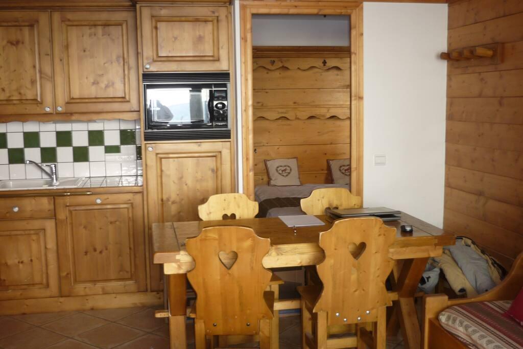Au premier plan séjour/cuisine, à l'arrière plan chambre double+douche