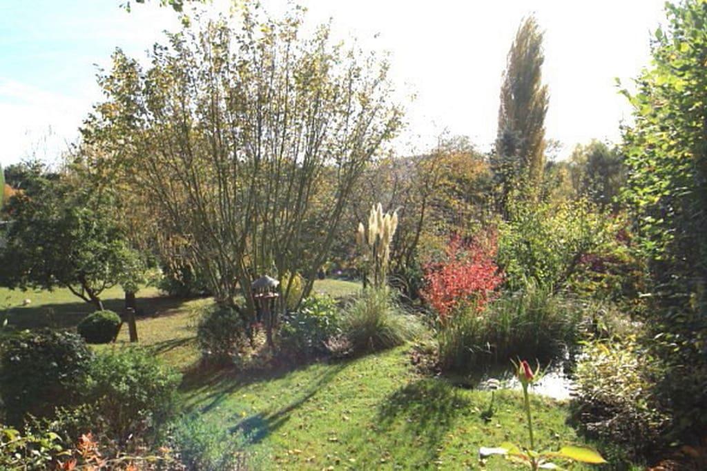Côté sud, le jardin paysagé sur plus de 2 hectares