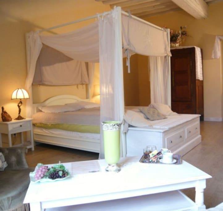 le lit à baldaquin de la suite blanche hermine