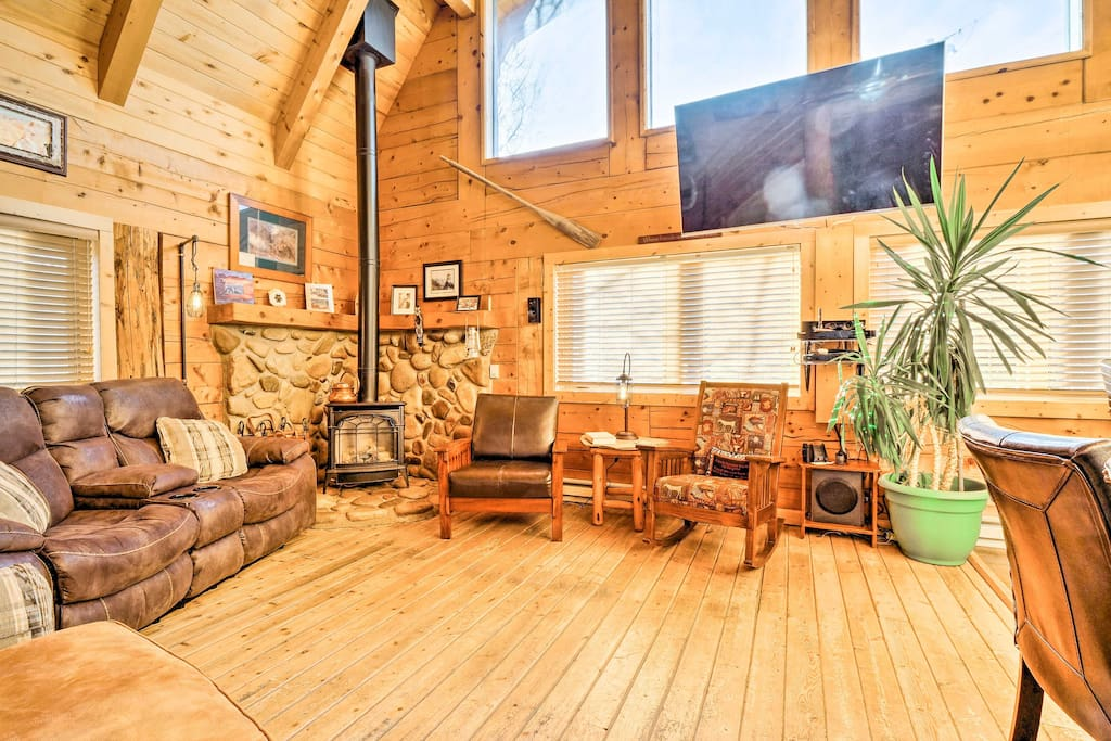 This cozy, cabin-line interior comfortably accommodates 7 guests.