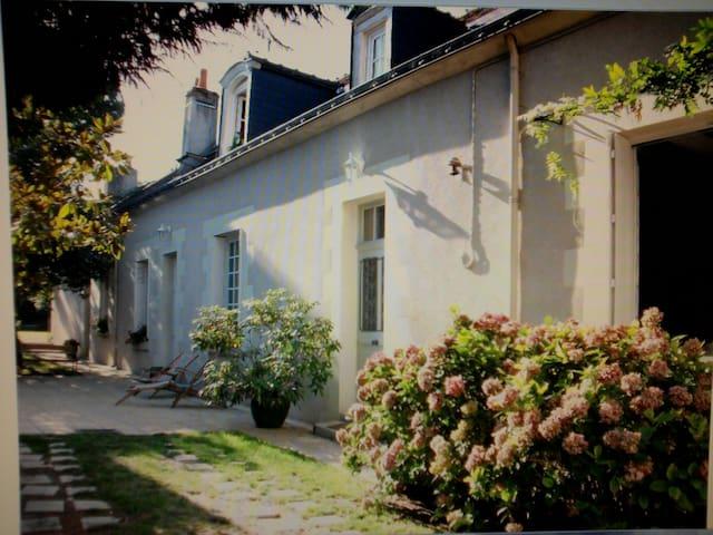 Ancienne longère tourangelle avec jardin et charme