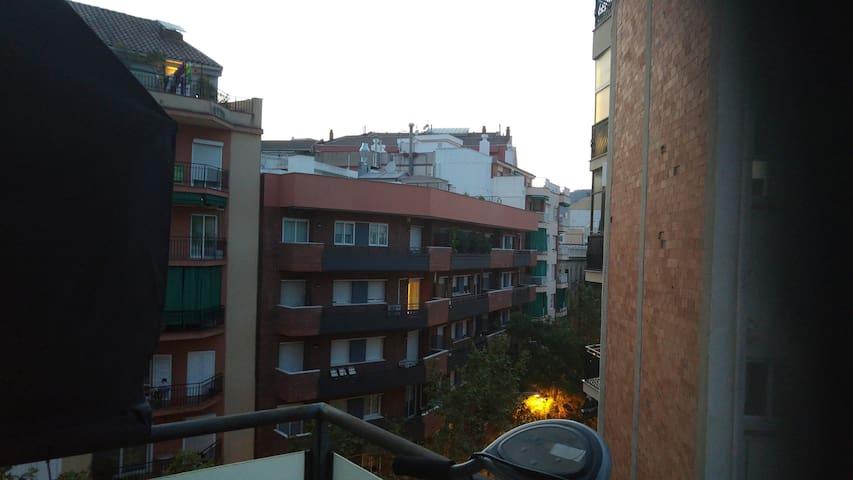 Cómoda y luminosa. Muy cerca Campo del Barça WIFI