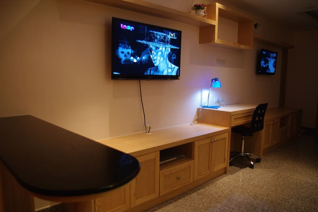 Twin LED screens with Satellite TV, DVD & complimentary cable internet.