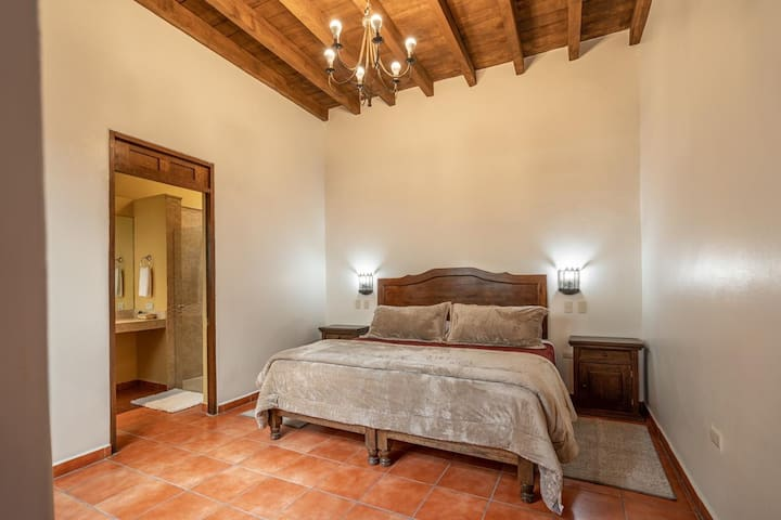 Recámara con cama King size  y baño completo / 1rst Room with a King size bed and complete bathroom