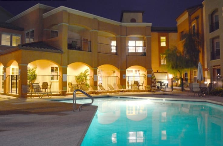 Amazing Poolside 2BD Condo! - Surprise - Lägenhet