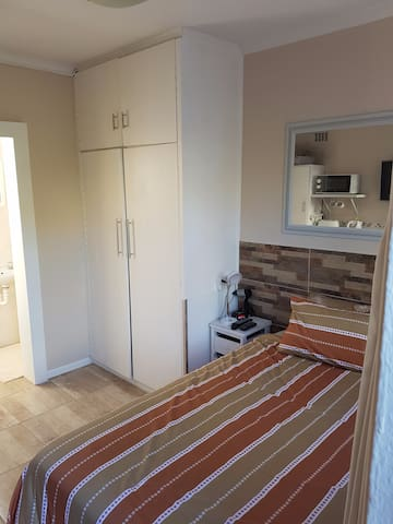 Lovely room in central location, private entrance - Kaapstad - Huis
