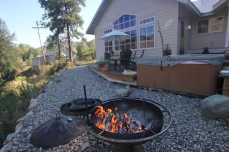 Custom home on the Methow River - Carlton - Talo