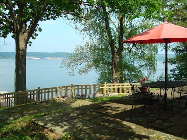 CAYUGA LAKEFRONT HOME, WEST SHORE