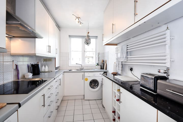 1 bedroom in 2 bedroom. Brompton park crescent