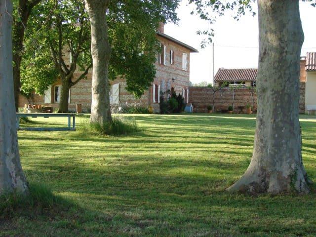 Chambre dans une ferme avec vue sur les Pyrénées - Cintegabelle - House