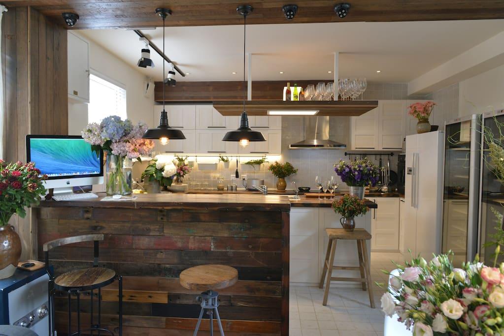 全开放式的厨房,我们为您准备丰盛的早餐,或者您也可以一展您精湛的厨艺,就像在家一般的温馨
